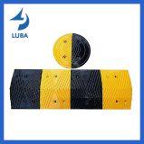 Горб скорости желтого и черного цвета прочный резиновый для предупреждения дороги