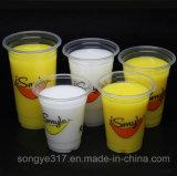 Чашка питья прозрачного питья фруктового сока горячего горячая