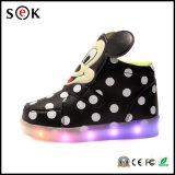 As sapatilhas superiores elevadas iluminam sapatas recarregáveis acima de piscamento do diodo emissor de luz para miúdos com iluminação de 7 cores