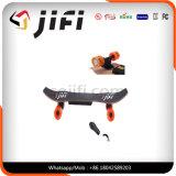 Um skate elétrico de quatro rodas do motor com bateria de Samaung
