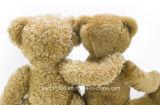 テディー・ベアを抱き締める極度の柔らかいプラシ天