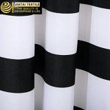 Cortina de chuveiro listrada horizontal branca preta do banheiro da tela