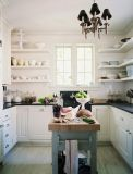 Cocina blanca de las cabinas del arce