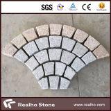 Giallo/rosso/nero/lastricatore grigio della pietra del granito sulla maglia per i passaggi pedonali, strada privata