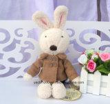 Заполненная игрушка плюша кролика с одеждой зимы