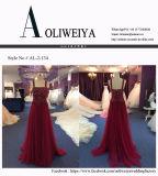 ストラップが付いているイブニング・ドレスに玉を付ける赤い外装テュル
