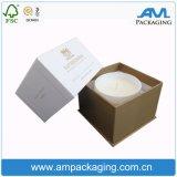 堅いギフト用の箱を包むコーヒー・マグのコップを押す白いボール紙の金ホイル
