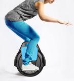Uno mismo que balancea el patín eléctrico del Unicycle eléctrico