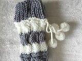 I calzini barrati dell'una donna di colore