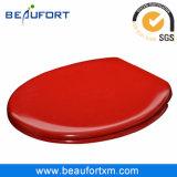 Место крышки туалета яркой красной тонкой крышки медленное близкое