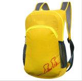 屋外の折る袋、黄色い子供のバックパック