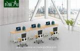 固定軸受けが付いているまっすぐな設計事務所のキュービクルの机