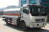 Dongfengは燃料タンク8000リットルのTruk 8トントラックに燃料を補給する
