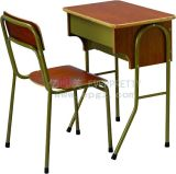 Escritorio y silla fijos antiguos del estudiante de los muebles de escuela solos