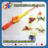 Le plastique drôle de jouet de pêche joue le jeu de pêche