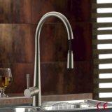 Le CE certifié retirent le robinet flexible en laiton solide de cuisine
