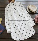 Camicia stampata bianca del `S delle donne