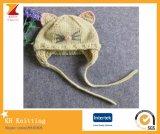 Pequeño sombrero hecho punto del bebé gato