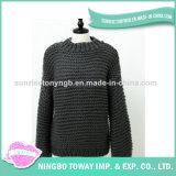 A melhor menina da forma que tricota manualmente a camisola de lãs do Crochet