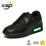 Les chaussures rechargeables des adultes DEL pendant le temps de fonctionnement folâtre des chaussures