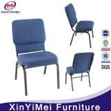 교회 의자를 겹쳐 쌓이는 대중적인 파란 직물