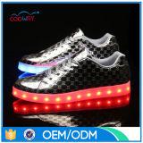 L'éclairage LED 2016 sur les chaussures DEL chausse les chaussures de course de clignotement en caoutchouc de la semelle DEL