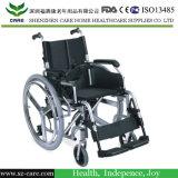 La terapia di riabilitazione fornisce la sedia a rotelle elettrica di mobilità per gli anziani