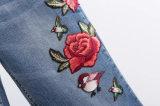 2017人の方法女性の刺繍によっては工場OEMの綿のデニムのジーンズが喘ぐ