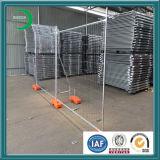 Временно загородка ячеистой сети стоит бетонная плита