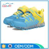 A criança caçoa a sapatilha do diodo emissor de luz, luminosa ilumina acima sapatas do diodo emissor de luz dos miúdos das crianças