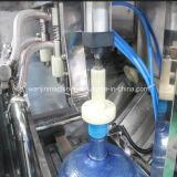 5 gallons l'eau minérale pure de 20 litres faisant la ligne