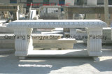 黄色い大理石のベンチか白い大理石のベンチ