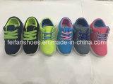 最新のデザイン子供のキャンバスのスニーカーはスポーツの注入の靴に蹄鉄を打つ