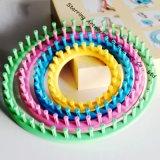 DIY Handarbeit-Hut-Strickjacke-Socken-Schal gefärbt Spinnen ringsum strickenden Plastikwebstuhl