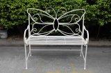 旧式で白いカラーの蝶金属のベンチ