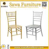 Verkauf silberner hölzerner Chiavari Tiffany Speisetisch und Stuhl