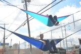 Trägt im Freiendie freizeit-Doppelt-Fallschirm-kampierende Hängematte, die das Arbeitsweg-Wandern wandert