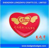 Personalizzare i distintivi rossi di figura del cuore dei perni del risvolto di cerimonia nuziale del distintivo del metallo dello smalto di figura