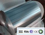 Консервация и свежесть домочадца держа контейнер алюминиевой фольги