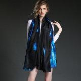 Le sciarpe di seta blu della grande nube del tovagliolo della ragazza