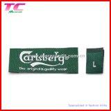 Escritura de la etiqueta de encargo de la talla de la ropa con insignia tejido y de la impresión