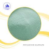 白い粉のカリウムの硫酸塩肥料のパン切れ