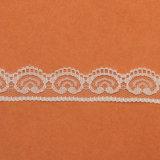 白い衣服のレースのためのカラー普及したデザインによってスカラップで仕上げられる花の堅いレース