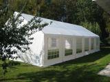 Grande tente extérieure d'usager avec la disposition se reposante de table ronde