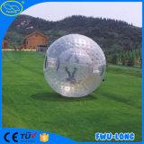 Fatto nella sfera gonfiabile di Zorb del lago china