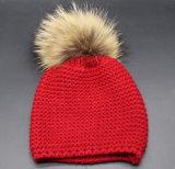 큰 모피 자동 고사포에 의하여 뜨개질을 하는 베레모 모자를 가진 여자 Winte