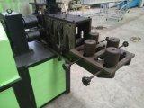 浮彫りになる機械か錬鉄の正方形の管の浮彫りになる機械