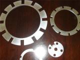 Части металлического листа вырезыванием лазера и частью вырезывания лазера