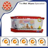 Il bambino organico pulisce la mano che pulisce i Wipes bagnati