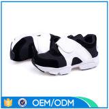 Chaussures confortables de sport de fille de mode d'air